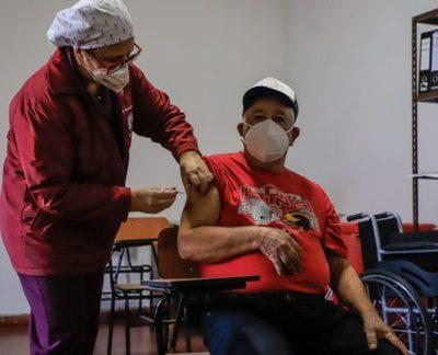 Supuestas irregularidades en vacunación contra el COVID-19 son investigadas por la Fiscalía