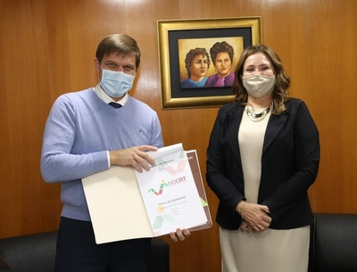 Indert entregó al MEC títulos de propiedad de instituciones educativas de Alto Paraná y Canindeyú