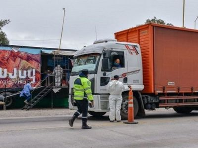 Camioneros paraguayos con PCR falso fueron rajados de Argentina