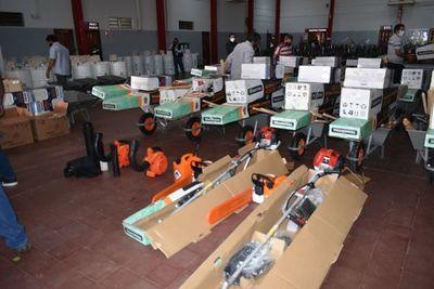 Comisiones vecinales reciben equipos de limpieza en Ayolas
