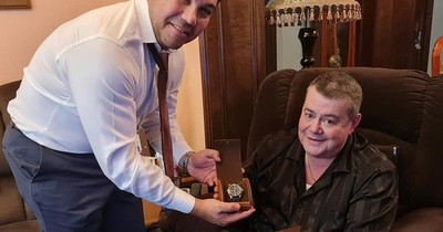 """La Nación / Una joya de reloj, el costoso regalo de Friedmann padre a su """"hermano"""", Óscar Tuma"""