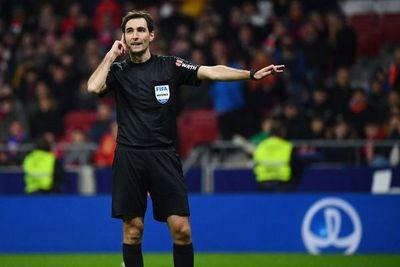 Insólito: un árbitro pitó el final de un partido, pero al instante hizo volver a los jugadores a la cancha