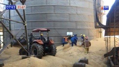 Hombre muere aplastado por granos de soja en silo