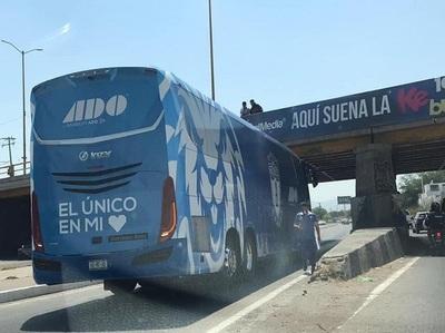 Autobús del Pachuca se atora en un puente en San Luis