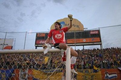 Versus / Villasanti, la muralla auriazul del último campeonato de Luqueño