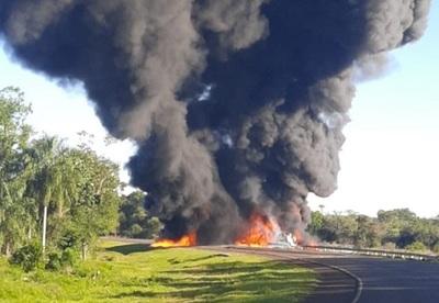 Susto en Ruta PY08 Ñumí: camión cisterna lleno de combustible vuelca y explosiona
