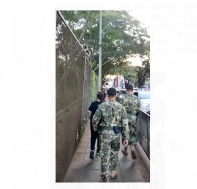 Personal de la Armada evita que joven se arroje del puente de la Amistad