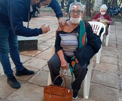 Más de 500 adultos mayores inmunizados ayer