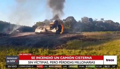 Camión cisterna vuelca y se incendia en Ñumí