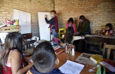 Por un mejor futuro para los niños, educadores enseñan en los bañados