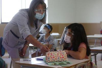 En su día, maestros piden ser inmunizados contra el COVID-19 lo antes posible