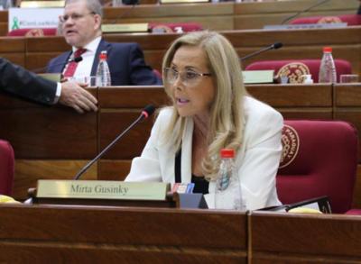 Salud inicia investigación de oficio sobre supuesta vacunación de una senadora