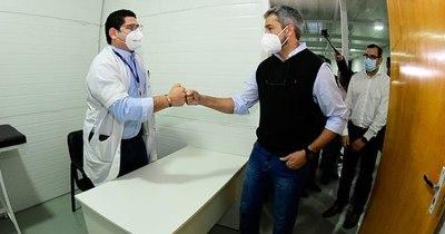 La Nación / Mario Abdo saludó a maestros por su día e inauguró unidades de salud en Limpio