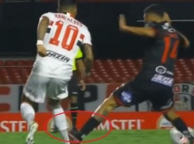 Dani Alves sufrió criminal planchazo