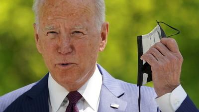 A pesar de estar vacunado y al aire libre: Biden busca su mascarilla durante un discurso (Video)