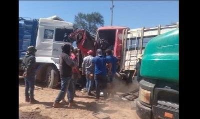 Un día antes de cumplir años, chofer de camión transportador de ganado muere en choque frontal