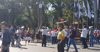 La Nación / En el Día del Trabajador, asociados de Sitramucde se manifestaron contra Prieto