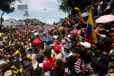Trabajadores colombianos celebran su día en paz tras tres días de protestas