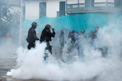 Colombianos vuelven a las calles y llevan su protesta hasta la casa de Duque