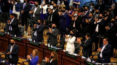 El Salvador: Asamblea controlada por Bukele destituye a jueces de la Constitucional