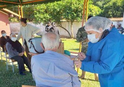 Invitan a los mayores de 75 años a vacunarse desde este lunes