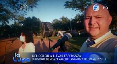 Periodista lleva serenata a familiares de pacientes, tras sufrir la pérdida de su esposa