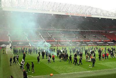 United-Liverpool es aplazado tras invasión de Old Trafford por aficionados