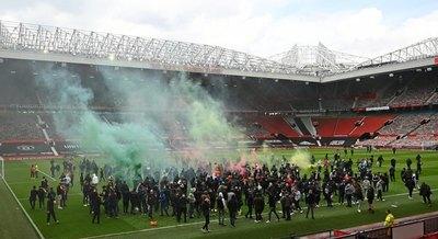 Versus / United-Liverpool se posterga por protestas de hinchas en Old Trafford