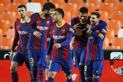 Versus / Un doblete de Messi mantiene al Barcelona en la pelea por el título