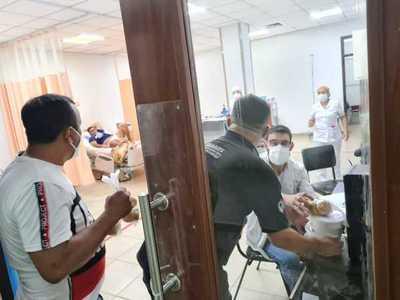 En vez del tradicional asado fueron a llevar donativos en Hospitales
