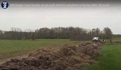 Crónica / Ipcohy con el vecino y le puso un ¡muro de caca!