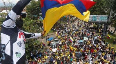 Masivas protestas por cuarto día consecutivo contra reforma tributaria en Colombia