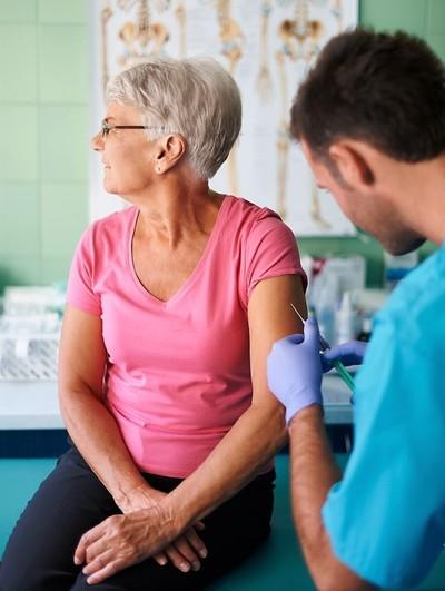Afirman que todas las vacunas contra el covid son seguras, y con bajo riesgo de reacción adversa
