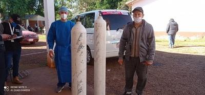DONAN DOS GALONES DE OXÍGENO AL HOSPITAL DE NATALIO