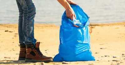 Una muestra del daño al ecosistema: En una playa encuentran intacto un envoltorio de un chocolate de los '80