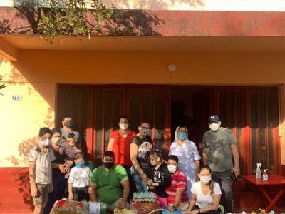 Quinceaños solidario: festejó llevando víveres a abuelitos