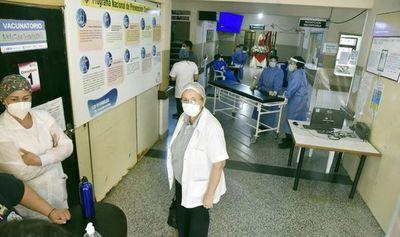 Pacientes con covid-19 son tratados cerca de vacunatorio