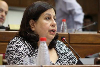 """La vacunación VIP """"refleja un histórico modelo clientelar"""" de la política paraguaya, según senadora"""