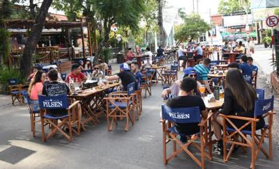 Habilitan calles peatonales para bares y restaurantes