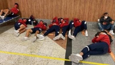 Escándalo: Futbolistas de Independiente durmieron en el aeropuerto