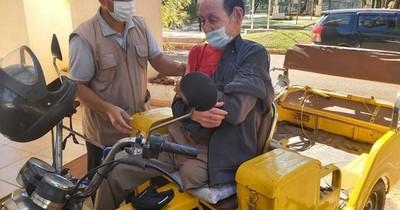 La Nación / Hombre de 81 años llegó manejando su motocarro para vacunarse