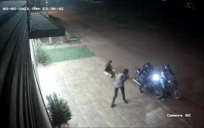 Motochorros armados actúan con violencia y roban una motocicleta