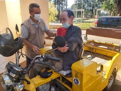 A sus 81 años y sin una pierna, don Eduardo acude en su motocarro a vacunarse