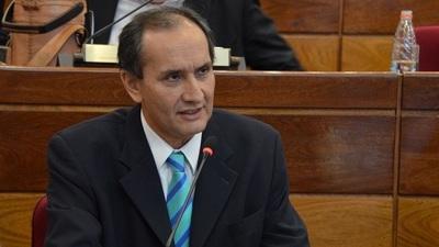 """Senador califica de """"detestable"""" privilegios denunciados en sistema de vacunación"""