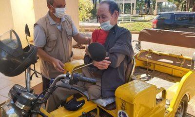 Don Eduardo de 81 años, sin una pierna y en motocarro se acercó a vacunarse