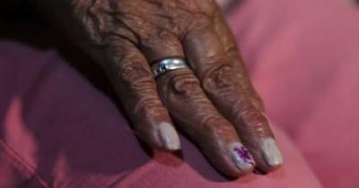 La Nación / Abuelita de 77 años denuncia que su hijo y familia maniobran para sacarle su casa