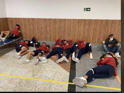 Versus / ¡Escándalo en Brasil! jugadores tuvieron que dormir en el piso del aeropuerto