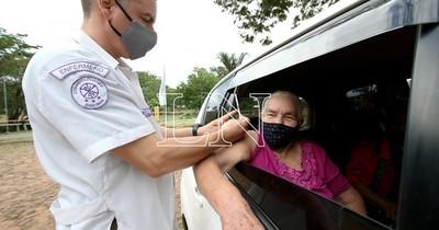 La Nación / Continúa vacunación a personas de 75 años en adelante en 57 vacunatorios en todo el país