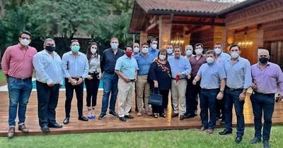 La Nación / Dirigencia colorada de Asunción se reunió con Horacio Cartes