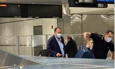 Senador oficialista viajó a Miami, al parecer para vacunarse